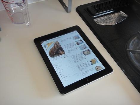 台所でiPadを使ってクックパッドレシピを見る